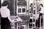 """Tommy Flowers levou 11 meses de concepção e construção do Colossus no Research Station, Dollis Hill, em Londres. Após um teste, Colossus Mk 1 foi entregue em dezembro de 1943, montado por Harry Fensom e Horwood Don durante o Natal de 1943. Colossus foi o primeiro dos Aparelhos Eletrônicos Digitais com Programação, embora limitado em termos modernos. A noção de um Computador como uma Máquina de propósito geral - isto é, como mais do que uma Calculadora dedicada a resolver problemas mais específicos. Colossus foi precedido por vários Computadores, muitos deles à frente em alguma categoria, mas ele foi o primeiro Digital, Programável, e Eletrônico. O primeiro Computador capaz de executar um Programa armazenado, até 1948. A utilização do Colossus foi sigilosa e secreta, e assim permaneceu por muitos anos após a Guerra. Colossus não foi incluído na História do Hardware de Computação por muitos anos, e seus criadores foram privados do reconhecimento que lhes era devido. Levou 15 anos para reconstruirem o Colossus. Usando somente sucatas de Diagramas, fotos antigas e memórias meio esquecidas é que este mundo fantástico foi recriado. A reconstrução pode ser vista, no Bloco H em Bletchley Park, na sala original onde Colossus n. 9 ficou na II Guerra Mundial. É uma homenagem para Tommy Flowers, Coombs Allen e todos os engenheiros da Dollis Hill e um grande tributo a Bill Tutte, Newman Max, Tester Ralph em Bletchley Park. Não esquecendo a todos que operaram e apoiaram Colossus e os interceptores de Rádio em Knockholt sem os quais não teria havido nenhuma mensagem decifrada. Durante a 2ª Guerra Mundial, os alemães se basearam principalmente na Máquina Enigma para codificar mensagens. O Tráfego Enigma foi quebrado antes da guerra na Polônia e continuou a ser quebrado durante a maior parte da guerra em Bletchley. Um filme baseado no livro de Robert Harris, """"Enigma"""" - 2001-EUA - dirigido por Michael Apted, financiado por Mick Jagger e estrelado por Dougray Scott e Kate Winslet, tem"""