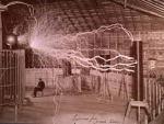 """Muito do trabalho próprio de Tesla obedece aos princípios e métodos aceitos pela Ciência, mas a sua personalidade extravagante e as alegações por vezes pouco realistas, combinadas com o seu gênio inquestionável, tornaram-no uma figura popular entre Teóricos excêntricos e Seguidores de Teorias da Conspiração sobre """"Conhecimento Oculto"""". Mesmo durante a sua vida, alguns acreditavam que era realmente um Ser Angélico Venusiano enviado à Terra para revelar conhecimento Científico à humanidade. Esta crença é mantida hoje em dia pelos seguidores do Nuwaubianismo. Um Monumento a Tesla foi construído nas Cataratas do Niágara, Nova Iorque, EUA. Este monumento é uma cópia do monumento que se encontra em frente a Faculdade de Engenharia Eletrotécnica da Universidade de Belgrado. Um outro monumento a Tesla, que o representa sobre uma porção de um Alternador, foi construído no Queen Victoria Park nas Cataratas do Niágara, Ontario, Canadá. O monumento foi inaugurado oficialmente no Domingo, 9 de Julho de 2006 no 150º Aniversário do Nascimento de Tesla. O monumento foi patrocinado pela Igreja Sérvia de São Jorge, Cataratas do Niágara, e concebida por Les Drysdale de Hamilton, Ontário. O projeto de Drysdale foi o vencedor numa competição internacional. Nikola Tesla está presente na Cultura Popular enquanto personagem em Livros, Filmes, Rádio, TV, Música, Teatro, Banda desenhada e Jogos de Vídeo. A falta de reconhecimento recebida por Tesla durante a vida tornou-o numa figura trágica e inspiradora que se adapta bem à ficção dramática. Tesla tem aparecido sobretudo na Ficção Científica onde as suas invenções encaixam bem. O impacto das Tecnologias inventadas por Nikola Tesla é um tema recorrente em muitos tipos de Ficção Científica. É um personagem-chave do filme The Prestige - EUA - 2007, (""""O Grande Truque"""", no Brasil), dirigido por Christopher Nolan, onde é interpretado pelo cantor britânico David Bowie. Nikola Tesla também é citado no Jogo Eletrônico Fallout, lançado originalmente """