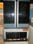 """A Máquina de 12 bits PDP-8 foi o primeiro Minicomputador de sucesso comercial, produzida pela Digital Equipment Corporation (DEC) na década de 1960. DEC introduziu-o em 22 de março de 1965, e vendeu mais de 50.000 Sistemas, mais do que qualquer Computador até essa data. Foi o primeiro Computador amplamente vendido das Séries de Computadores da DEC (o PDP-5 não foi originalmente destinado a ser um Computador de uso geral). O modelo mais antigo PDP-8 (conhecido informalmente como """"Straight-8""""), usava Diodos """"Diode-Transistor Logic"""", embalados em placas Flip Chip, e era do tamanho de um frigobar. Este foi seguido pelo PDP-8/S, um modelo Desktop. Usando uma implementação de uma ALU Serial de um Bit, o PDP-8/S foi menor, menos caro, mas bem mais lento do que o original PDP-8. Sistemas posteriores (o PDP-8/I e /L, o PDP-8/E, F, e /M, e PDP-8/A) retornaram a uma mais rápida, totalmente paralela, implementação mas usavam a mais barata Lógica TTL e Circuitos Integrados MSI. A maioria dos PDP-8 sobreviventes são desta época. O PDP-8/E é comum e bem visto porque muitos tipos de dispositivos de I/O estavam disponíveis para ele. Muitas vezes era configurado como um Computador de uso geral. A configuração básica do PDP-8 tinha uma Memória principal de 4096 Palavras de 12 bits. Uma Unidade de Expansão de Memória opcional podia mudar Bancos destas Memórias, utilizando as Instruções IOT"""